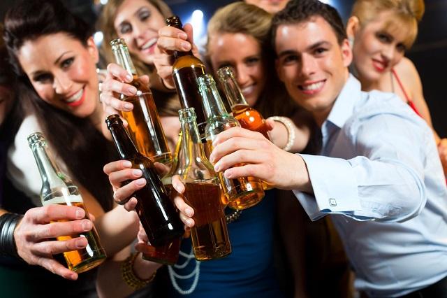 """""""Mượn rượu"""" để giải tỏa căng thẳng trong công việc"""